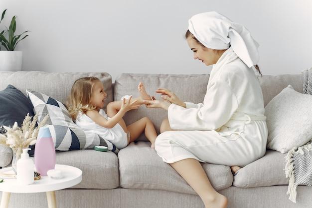 Matka z córką w szlafroku i ręczniki