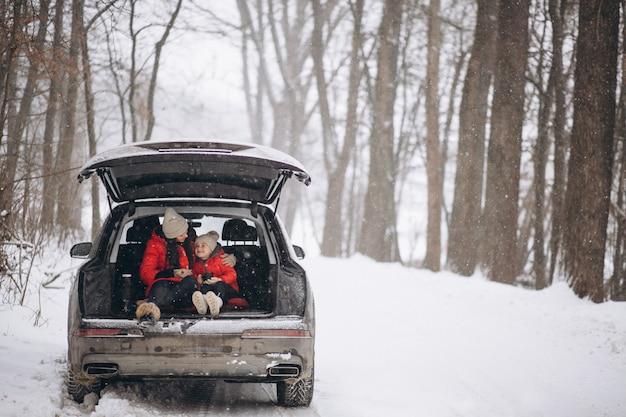 Matka z córki obsiadaniem w samochodzie w zimie