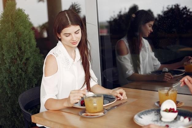 Matka z dorosłą córką siedzi w kawiarni
