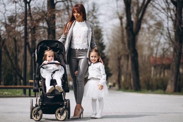 Matka z dwiema córkami