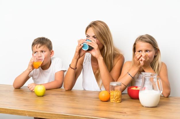 Matka z dwójką dzieci je śniadanie