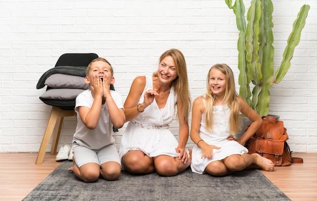 Matka z dwójką dzieci w pomieszczeniu