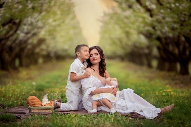 Matka z dwójką dzieci w przyrodzie