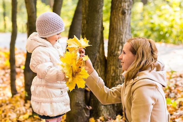 Matka z dzieckiem na zewnątrz w przyrodzie jesienią