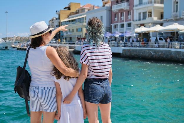 Matka z dziećmi letnie wakacje morza śródziemnego.