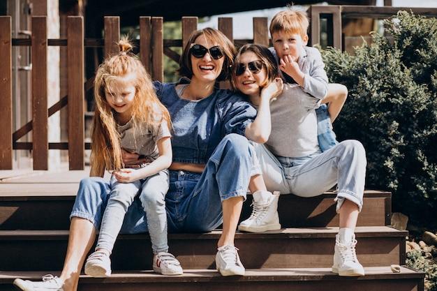 Matka z dziećmi na podwórku