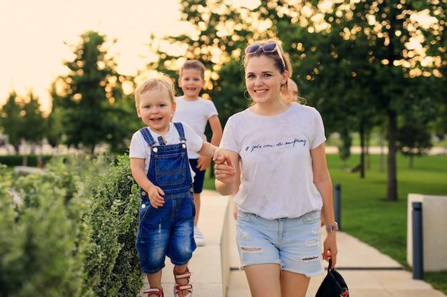 Matka z dziećmi na spacer w nowoczesnym parku