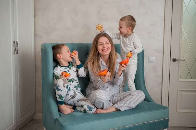 Matka z dziećmi o śniadanie