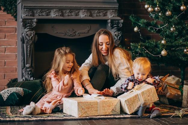 Matka z dziećmi przy choince