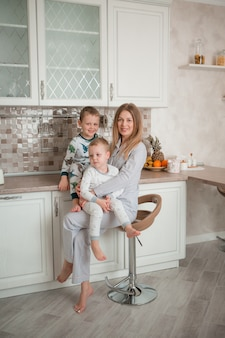 Matka z dziećmi w kuchni