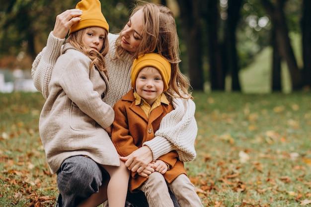 Matka z dziećmi, zabawy w parku