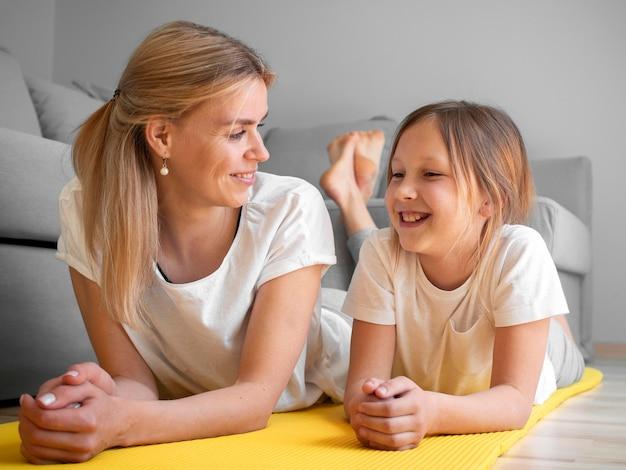 Matka z dziewczyną praktyki na macie