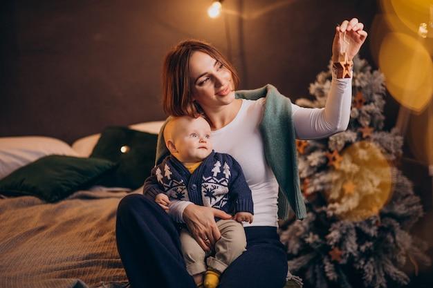Matka z jej chłopcem obchodzi boże narodzenie