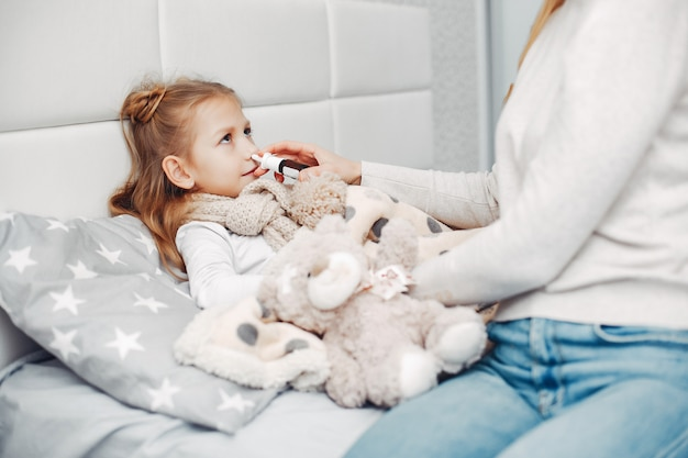 Matka z jej illnes córką w sypialni