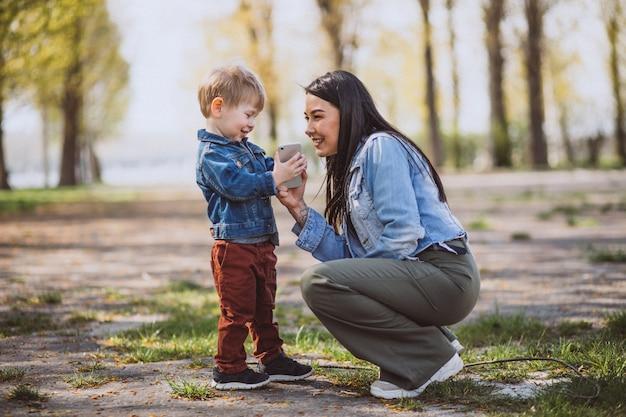 Matka z jej małym synem ma zabawę w parku