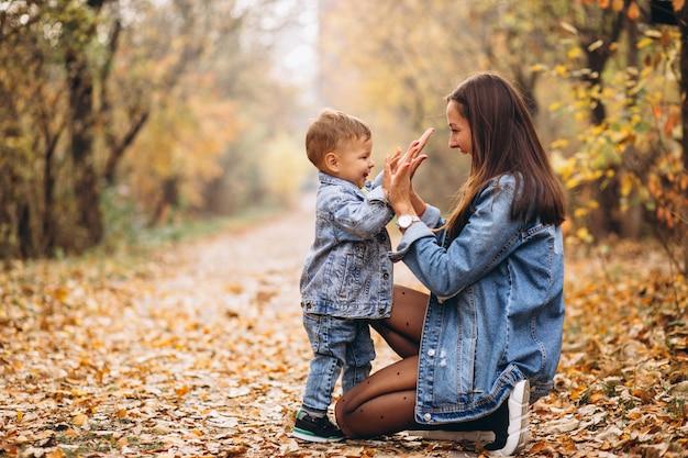 Matka z jej małym synem w jesień parku