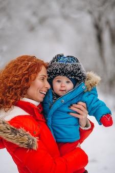 Matka z jej małym synem wpólnie w zima parku