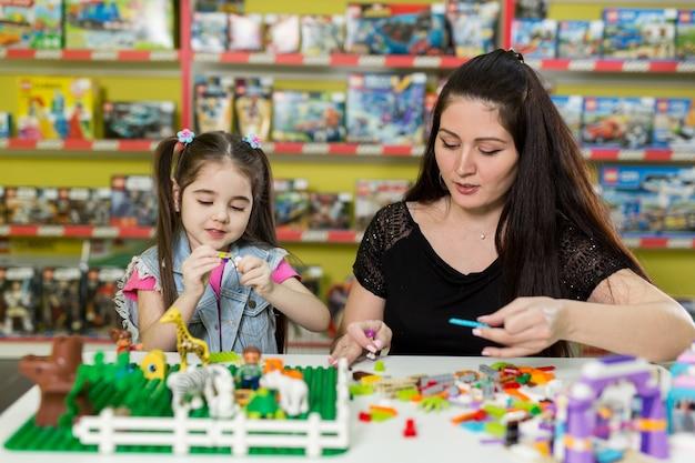 Matka z małą córeczką bawić się klockami