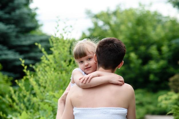Matka z małą córeczką i starszym synem na spacery na świeżym powietrzu