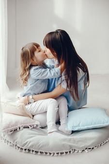 Matka z małą córeczką w pokoju