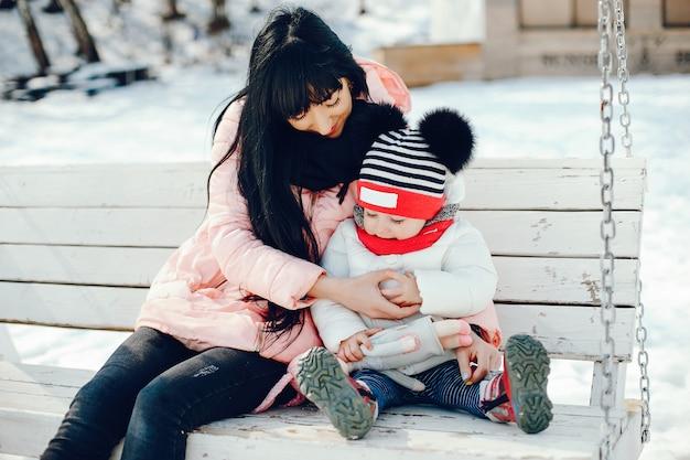 Matka z małą córeczką