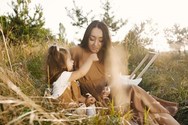 Matka z małą córką bawić się w lata polu