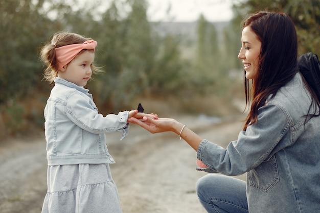 Matka z małą córką bawić się w polu