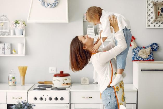 Matka z małą córką gotuje w domu