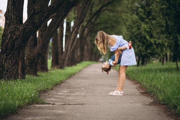 Matka z małą córką w parku