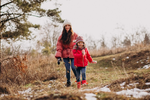 Matka z małą córką w zima lesie