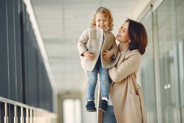 Matka z małą córki pozycją w sala