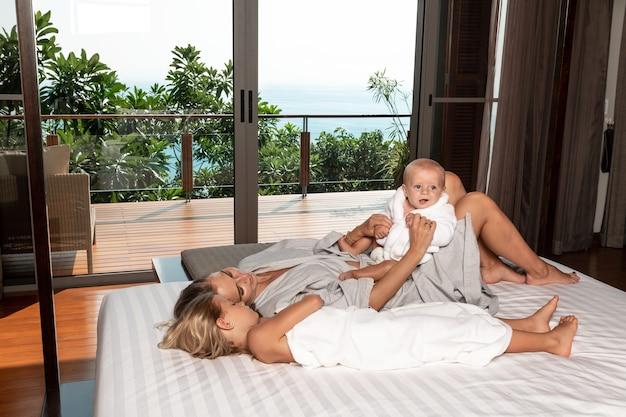 Matka z małym chłopcem i dziewczynką bawią się w domu
