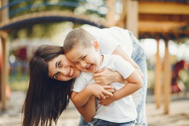 Matka z małym dzieckiem na boisku