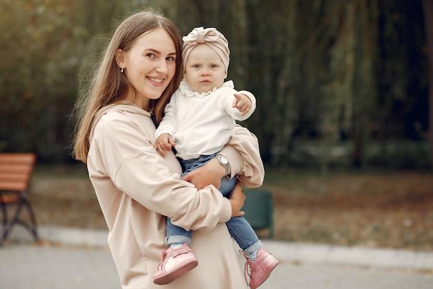 Matka z małym dzieckiem spędza czas w parku