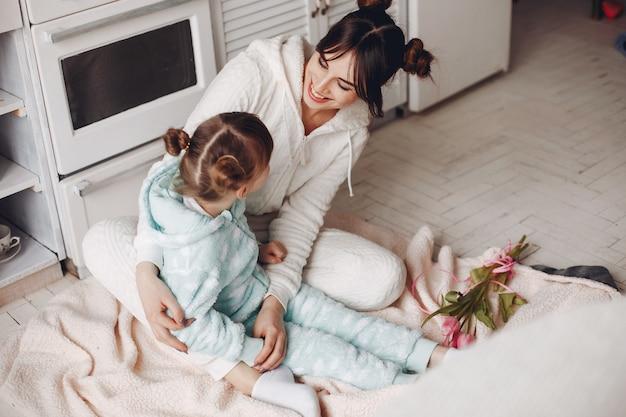 Matka z małym dzieckiem w domu