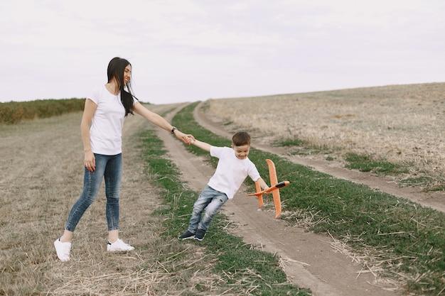 Matka z małym synem bawi się zabawkowym samolotem