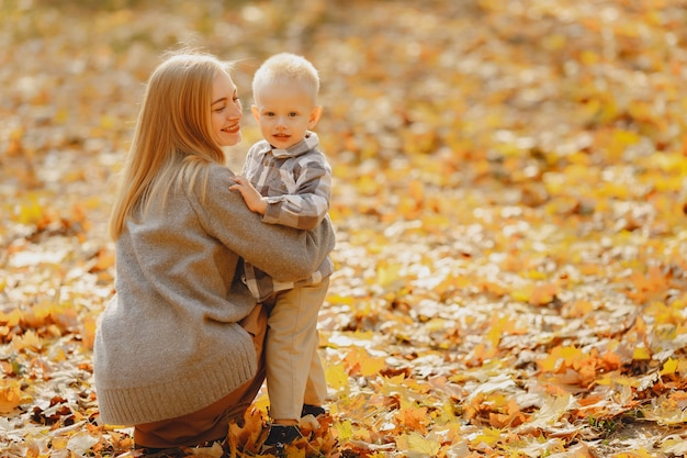 Matka z małym synem bawić się w jesieni polu
