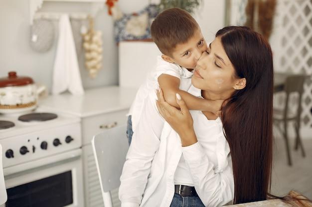 Matka z małym synem ma zabawę w domu