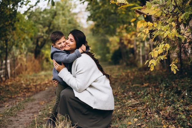 Matka z małym synem w jesień parku