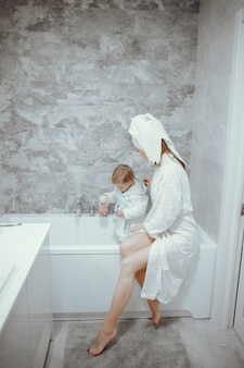 Matka z małym synem w łazience