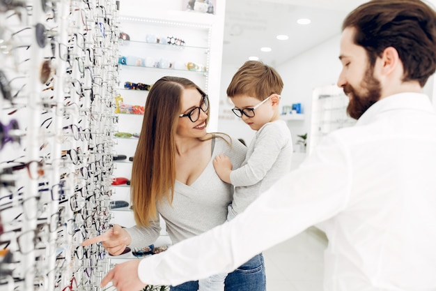 Matka z małym synem w sklepie okularów