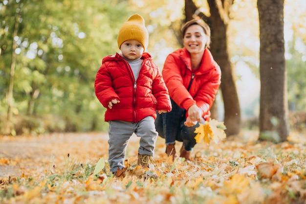 Matka z małym synkiem w jesiennym parku