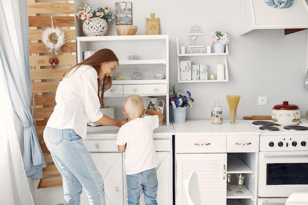 Matka z małymi dziećmi gotuje w domu