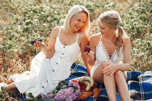 Matka z piękną córką w jesieni polu