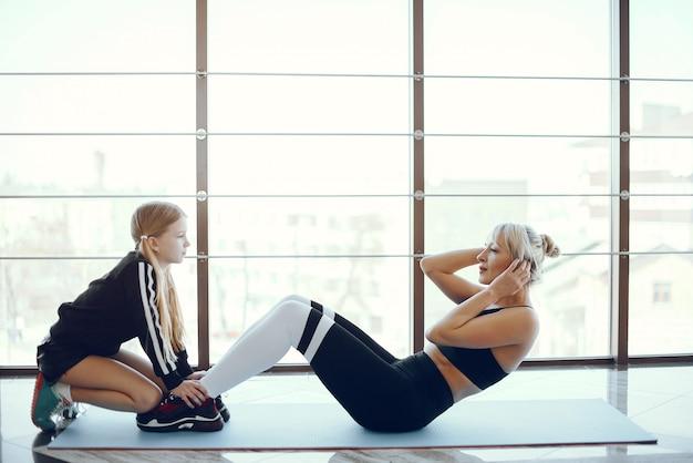 Matka z śliczną córką bawić się sporty na gym