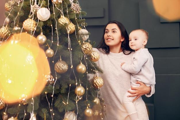 Matka z śliczną córką blisko choinki