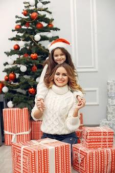 Matka z śliczną córką w boże narodzenie dekoracjach
