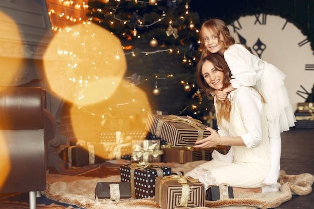 Matka z śliczną córką w domu przy kominku