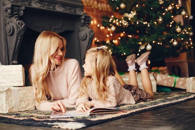 Matka z śliczną córką w domu