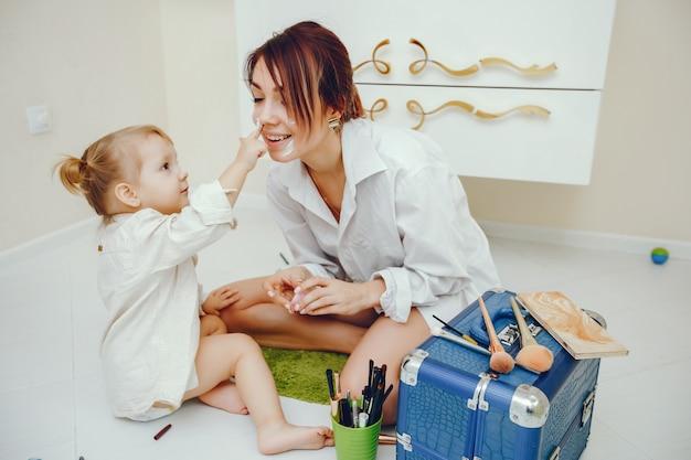 Matka z śliczną córką w łazience